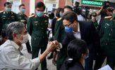 Phó Thủ tướng Vũ Đức Đam động viên tình nguyện viên thử vaccine COVID-19
